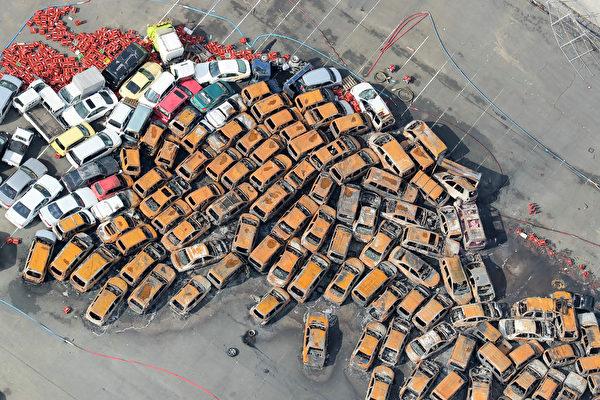 最強颱風「飛燕」重創西日本,颱風挾帶暴雨侵襲日本。大量汽車成了泡水車。(AFP PHOTO/JIJI PRESS/JIJI PRESS/Japan OUT)