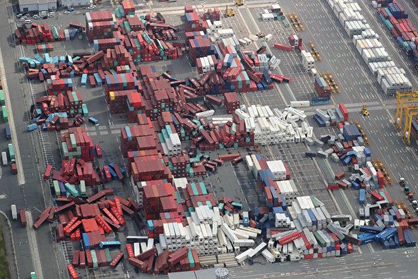 最強颱風「飛燕」重創西日本,颱風挾帶暴雨侵襲日本。圖為貨櫃場上大量貨櫃被強風吹得東倒西歪。(AFP PHOTO/JIJI PRESS/JIJI PRESS/Japan OUT)