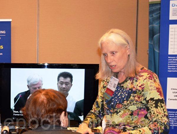 2014年在華府舉行的國際青檸暨相關疾病學會上,安恩·科森(Ann Corson)醫生(右一)在講述中共強摘法輪功學員器官的真相。(蕭桐/大紀元)