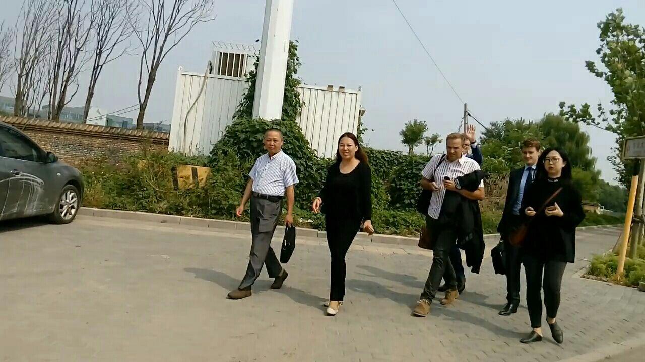 中午孫茜前代理律師黃漢中(左一)趕到庭審現場,與法庭交涉希望旁聽,被拒絕。(知情者提供)