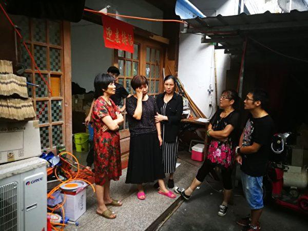 P2P票票喵平台受害人王倩於9月7日在浙江金華市浦江縣潘宅鎮麗水源的神麗峽景區內上吊自殺。圖為悲痛的家屬與難友。(受訪者提供)