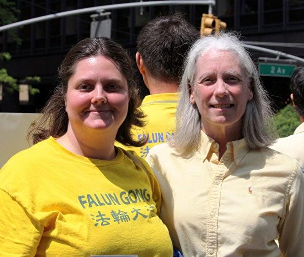 安恩·科森(右)和費城法輪功學員珍妮一同在紐約參加2015年慶祝世界法輪大法日遊行集會活動,傳播真相。(明慧網)