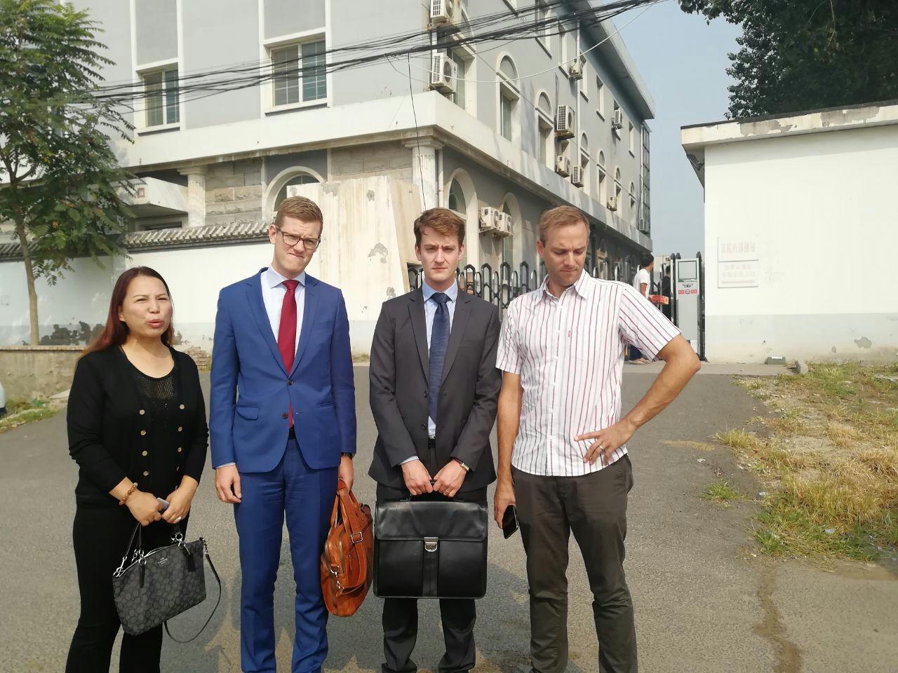 孫茜妹妹孫贊(左一)與外媒記者、兩外國使節在溫榆河法庭前合照留念。(知情者提供)