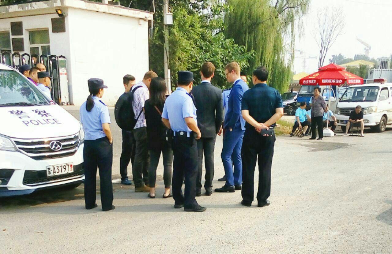 9月12日加拿大公民、法輪功學員孫茜被非法庭審。圖為庭審前現場。(知情者提供)