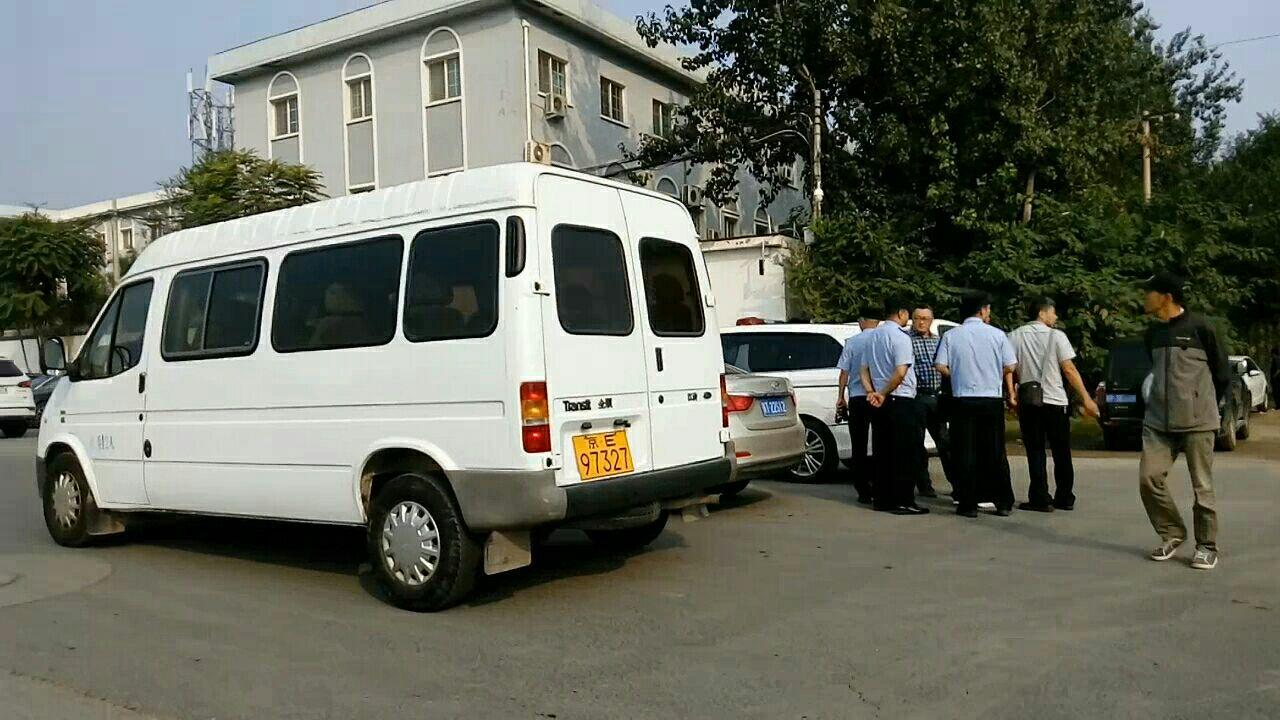 2018年9月12日,孫茜被非法庭審,溫榆河法庭周邊多處部署警力和著藍色T恤的國保及崗哨,停靠的幾輛小巴裏也坐滿警察或國保。(知情者提供)