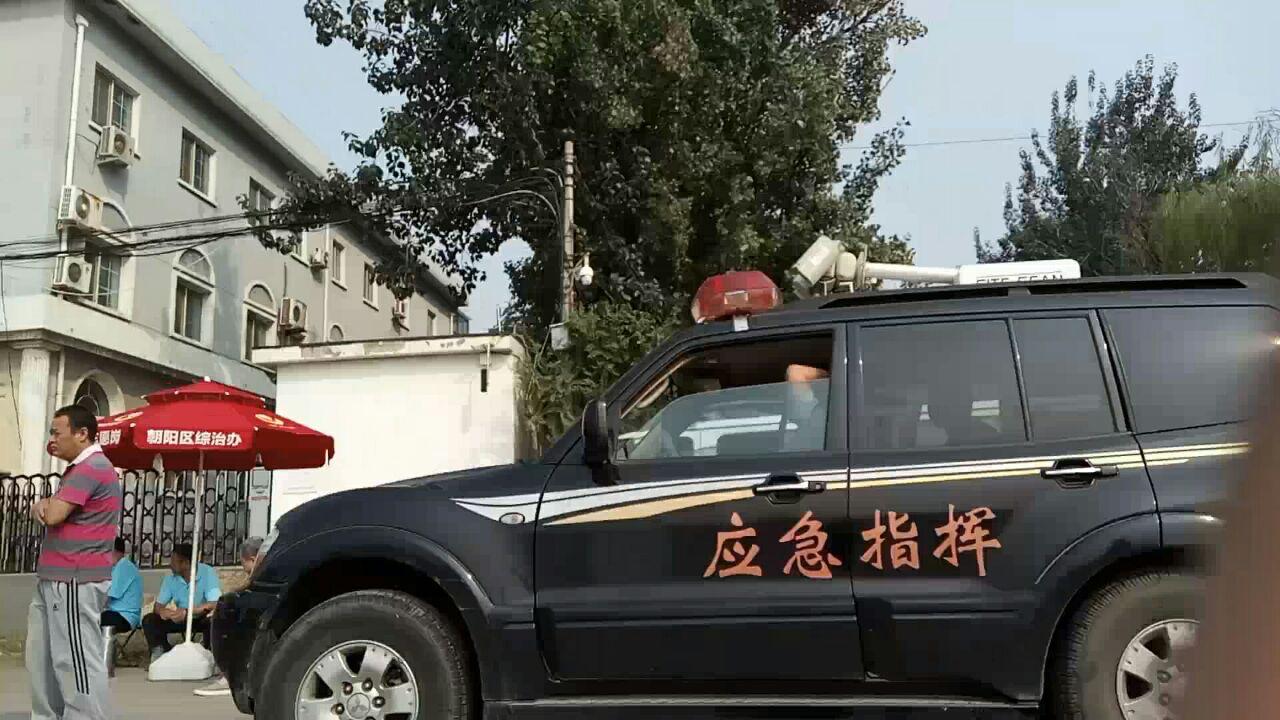 9月12日加拿大公民、法輪功學員孫茜被非法庭審。中共當局如臨大敵,法庭外停靠著應急指揮車。(知情者提供)