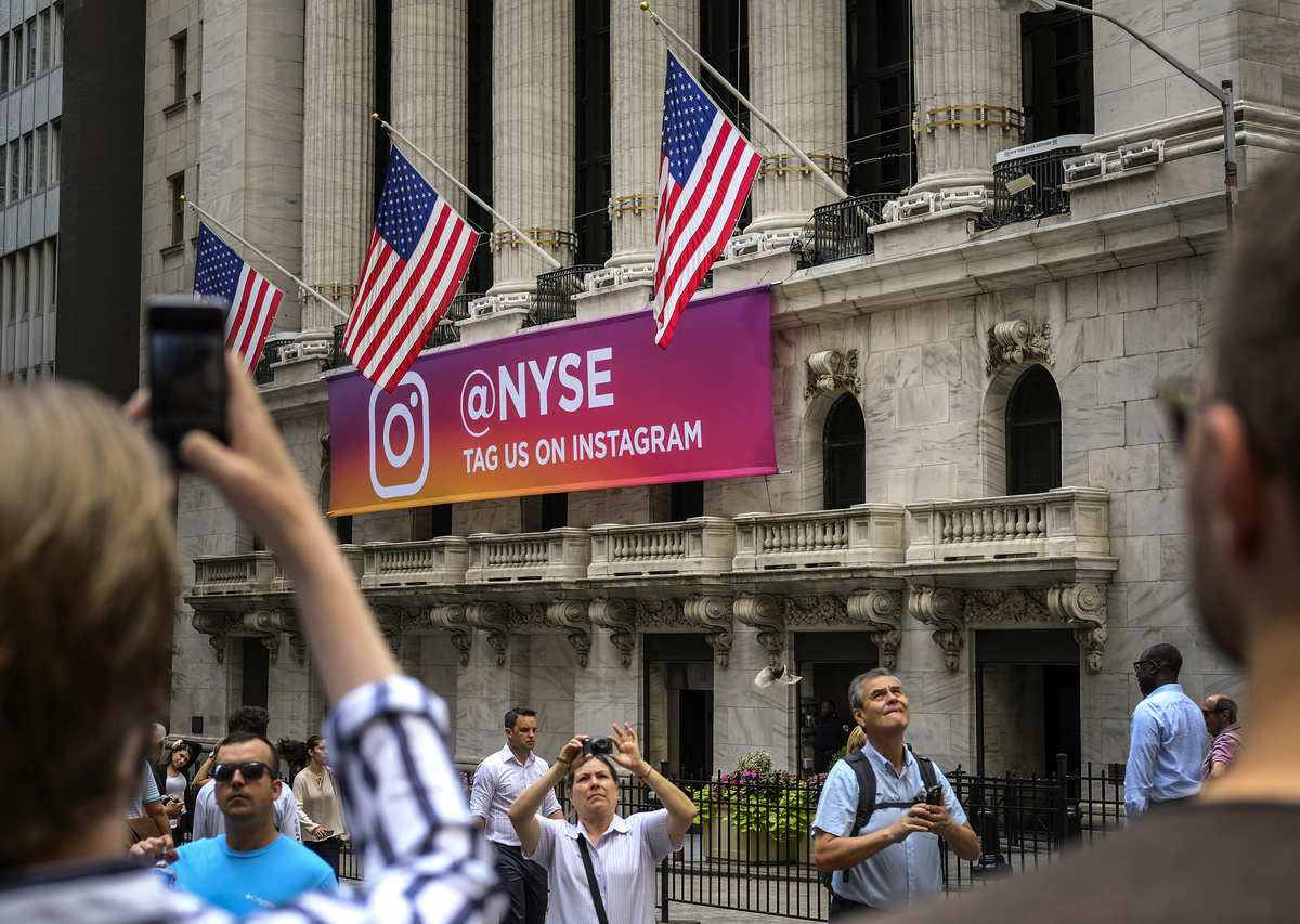 英國《金融時報》援引消息稱,中共倉促邀請美國華爾街高層主管赴華開會,以商討美中貿易戰的因應之道。圖為位於華爾街的紐約證券交易所。(Drew Angerer/Getty Images)