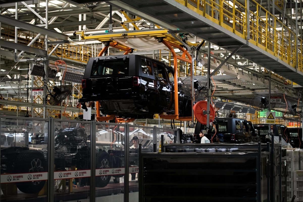 《南華早報》刊文稱,在美中貿易戰中,中共會成為最大輸家。圖為2018年8月29日,北京一家汽車製造廠。(NICOLAS ASFOURI/AFP/Getty Images)