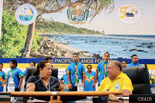 太平洋島國論壇(PIF)會前,瑙魯總統(右)出席「小島國」會議。9月3日開始的18國太平洋島嶼論壇的官方會談將集中討論氣候變化給島嶼國家帶來的威脅以及中共在該地區日益增長的影響力。(MIKE LEYRAL/AFP/Getty Images)
