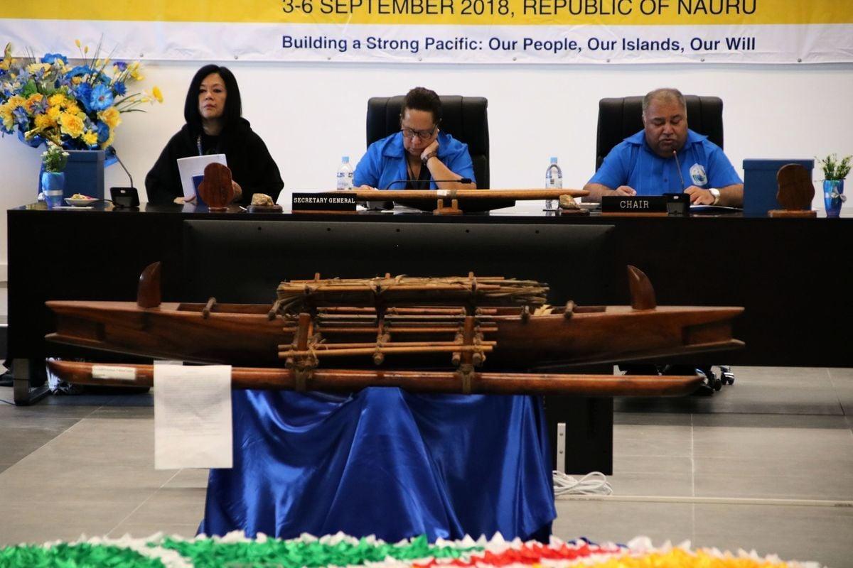 2018年9月4日,太平洋島國論壇正在瑙魯國召開。瑙魯總統巴倫·瓦卡(右)打斷中方代表的強勢執意發言,並批評中共「霸凌」。(MIKE LEYRAL/AFP/Getty Images)