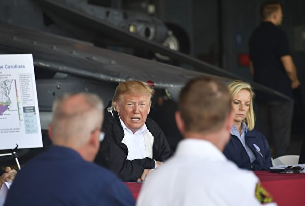 特朗普總統在海軍陸戰隊空軍基地講話。(NICHOLAS KAMM/AFP/Getty Images)