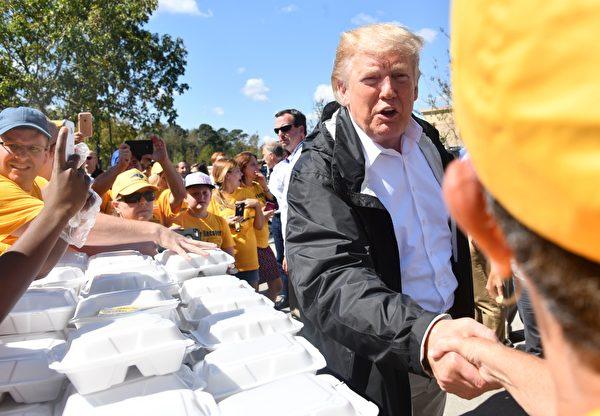 特朗普總統在災區慰問。(NICHOLAS KAMM/AFP/Getty Images)