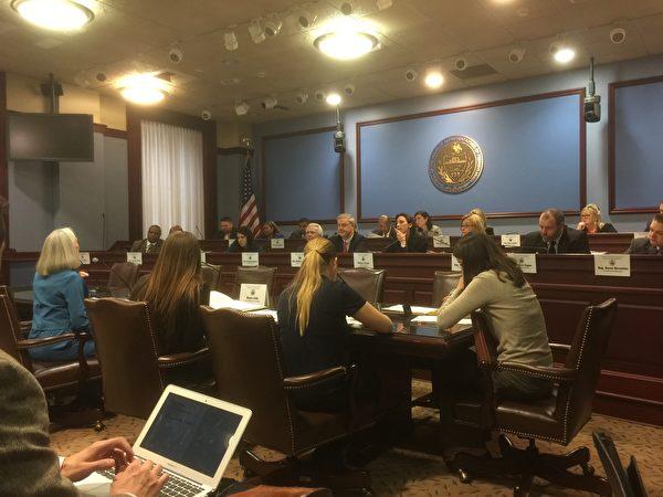 2017年2月8日,安恩·科森(前排左一,藍衣者)在賓州眾議院健康委員會聽證會上,介紹國際社會調查和制止中共活摘器官的最新情況。3月13日,該委員會以22票贊成,零票反對通過了要求中共停止強摘器官的27號決議案。(莉雅/大紀元)