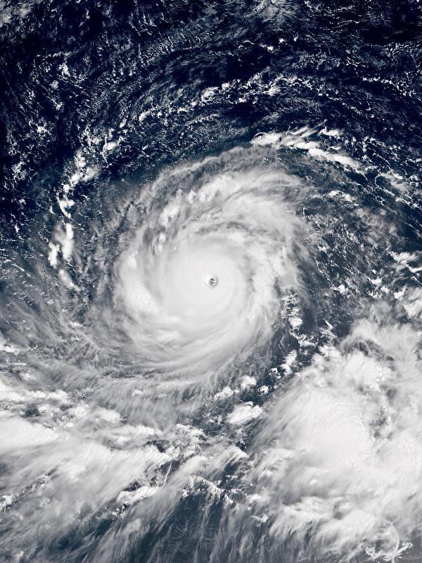 超強颱風「山竹」(Mangkhut)特點為範圍廣、強度高,被一些媒體稱作今年的「全球風王」。(公有領域)
