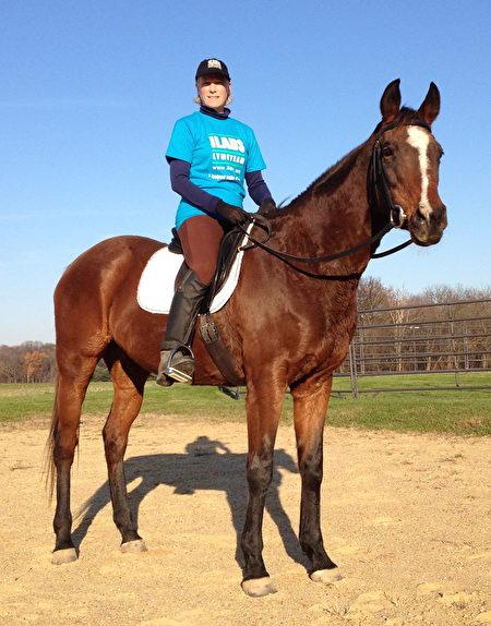 安恩在自家農場騎馬。(安恩·科森提供)