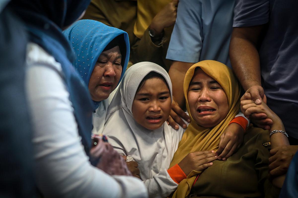 機上旅客的家屬聽到噩耗後傷痛不已。(HADI SUTRISNO/AFP)