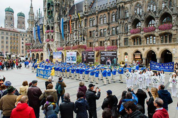 10月3日德國國慶日——統一日,法輪功學員在慕尼黑市中心舉行反迫害遊行和集會。(Mihai Bejan/大紀元)