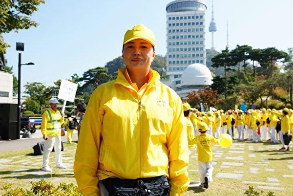 奧運銀牌得主、前中國泳壇名將黃曉敏於2018年10月13日在南韓首爾參加遊行活動。(金國煥/大紀元)