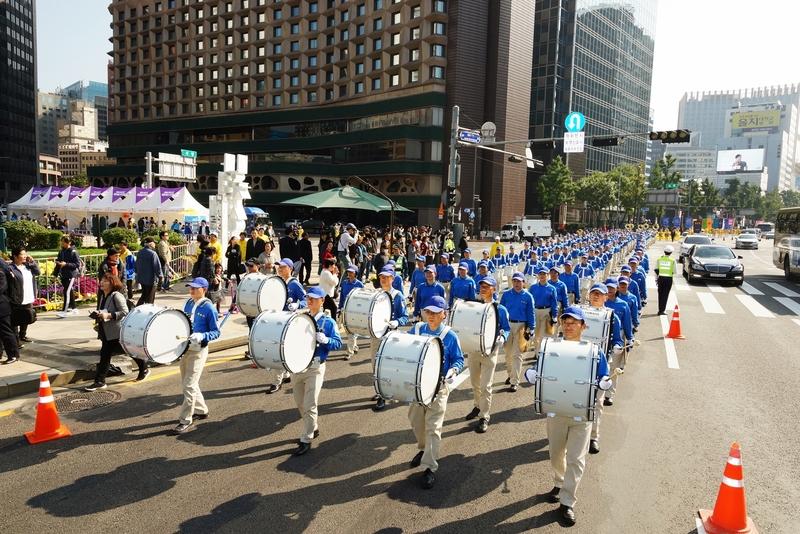 2018年10月13日,南韓首爾,來自亞洲十多個國家的法輪功學員在首爾市中心舉行反迫害大遊行。圖為前導的天國樂團。(全景林/大紀元)