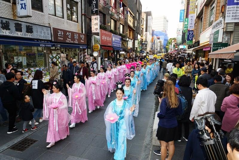 2018年10月13日,南韓首爾,來自亞洲十多個國家的法輪功學員在首爾市中心舉行反迫害大遊行。圖為仙女隊伍。(全景林/大紀元)