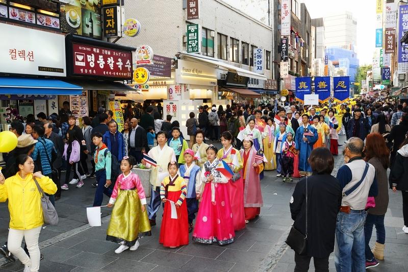 2018年10月13日,南韓首爾,來自亞洲十多個國家的法輪功學員在首爾市中心舉行反迫害大遊行。圖為身穿民族服裝的法輪功學員。(全景林/大紀元)