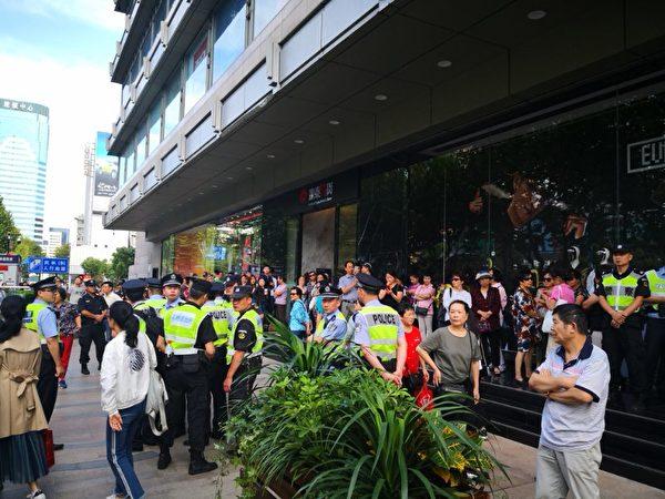 10月1日,大陸17城市的P2P難友同步上街維權,各地警方如驚弓之鳥。圖為杭州現場。(受訪者提供)
