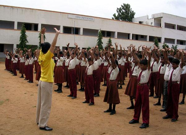 班加羅爾附件VIDYA JYOTHI SCHOOL學校裏的師生集體煉功。(明慧網)