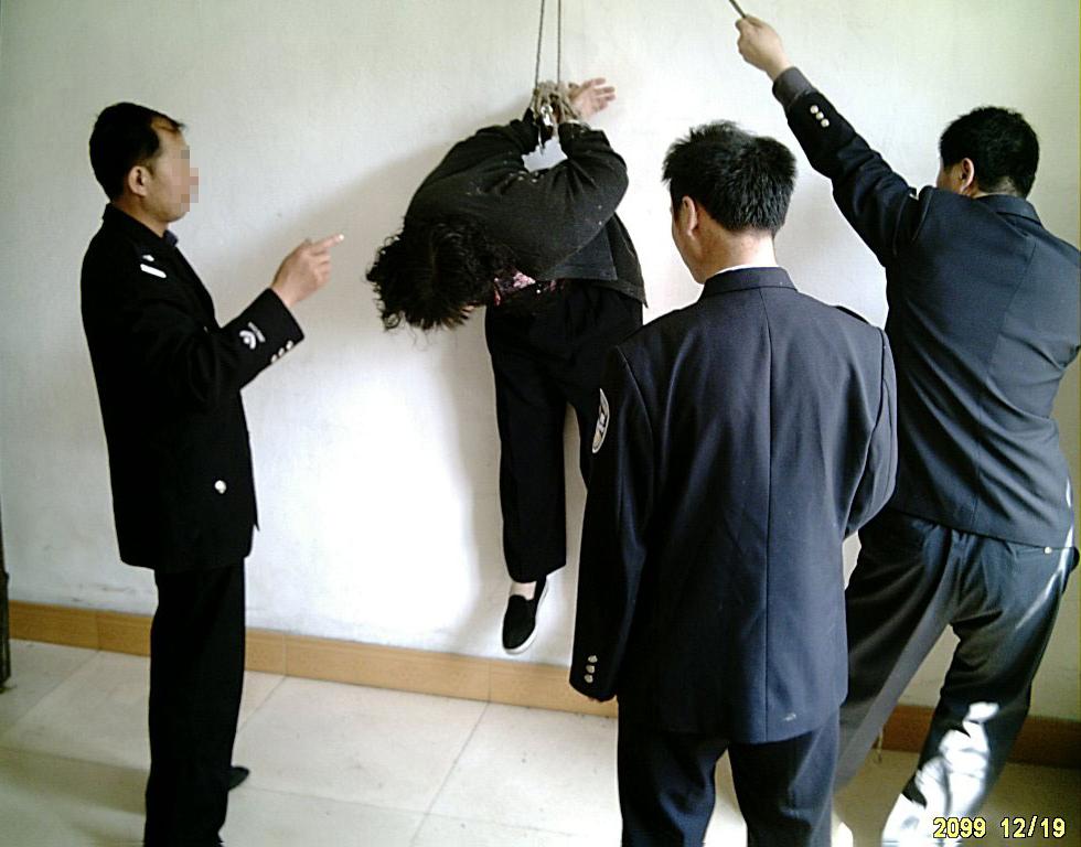 中共酷刑演示圖:吊銬「開飛機」。(明慧網)
