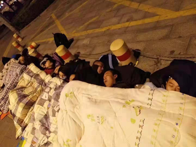 杭州草根平台金融難友夜宿馬路。(受訪者提供)
