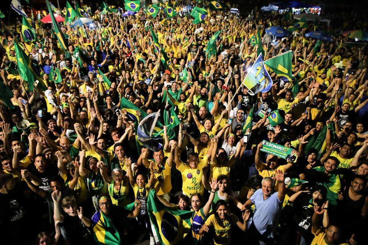 10月28日,波索納羅的支持者在巴西國會前歡慶他當選。(SERGIO LIMA/AFP/Getty Images)