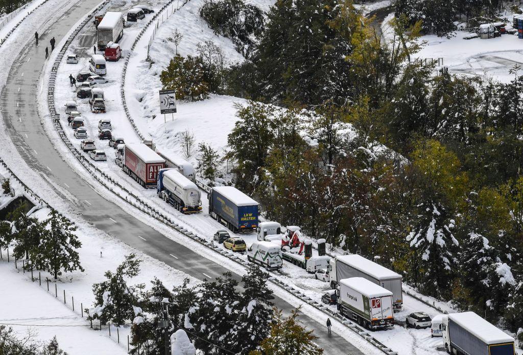惡劣天氣襲擊法國,10月30日法國中部盧瓦爾省RN 88公路的空拍照片。(PHILIPPE DESMAZES/AFP/Getty Images)