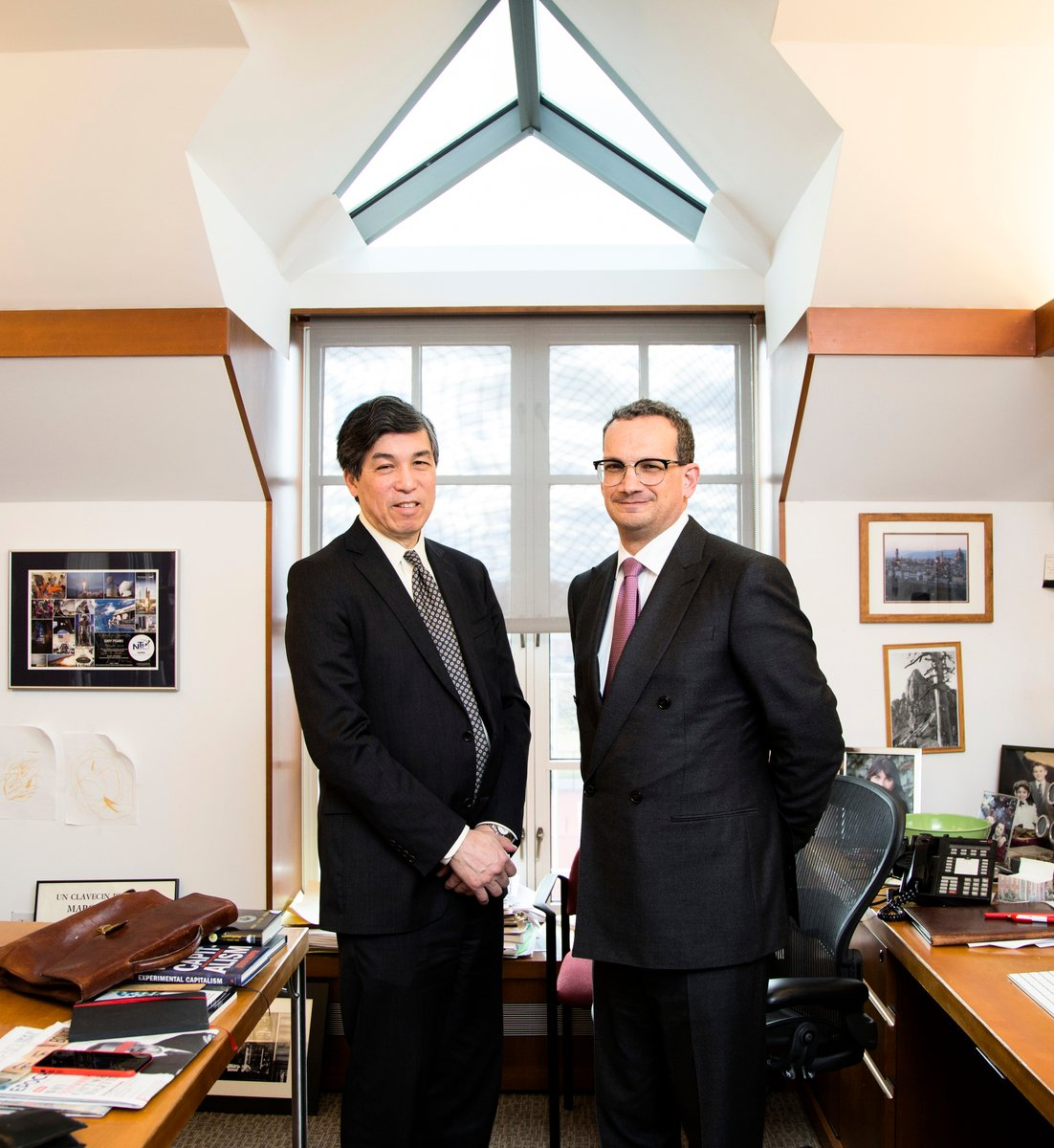 哈佛大學教授威利·施(Willy C. Shih)(左)和加裏·皮薩諾(Gary Pisano)合照。照片攝於2017年1月27日,施教授辦公室。 (Samira Bouaou/大紀元)