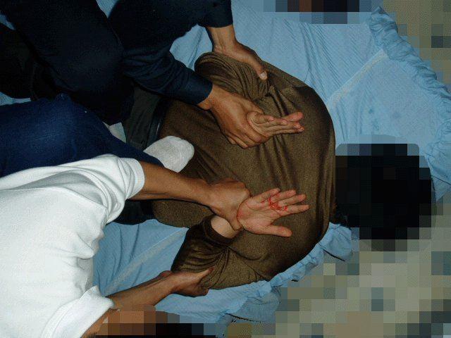 中共酷刑演示圖:掰手臂。(明慧網)