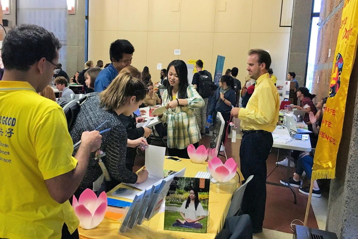 在社團招新會上遇到中國留學生時,琦琦(右二)都感到很親切,並告訴他們法輪大法的真相。(麥吉爾大學法輪大法社團)