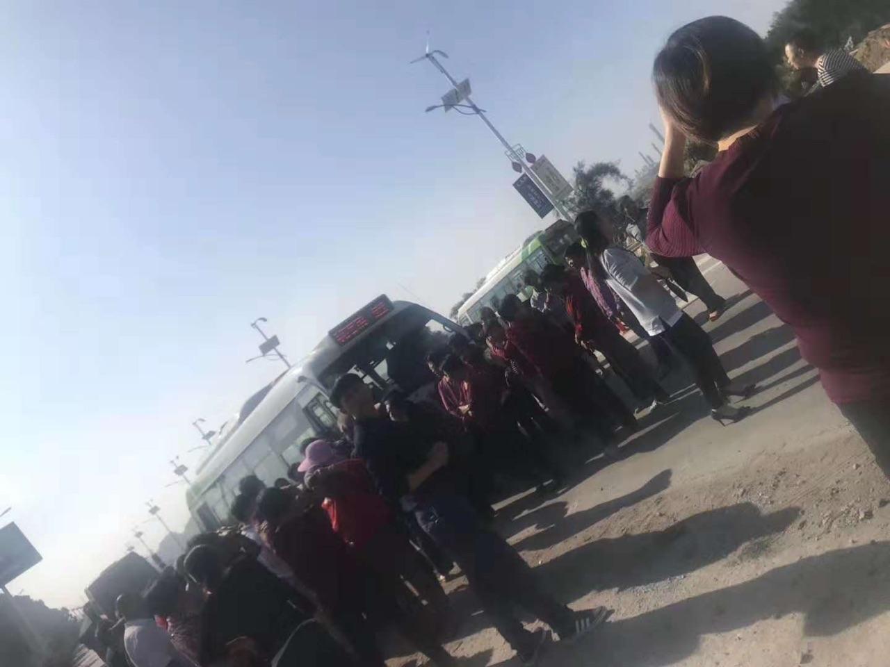 泉港碳九洩漏事件已過去10天,下朱尾村、肖厝村等村民在村路口堵路抗議。圖為11月11日,下朱尾村村民堵路。(受訪者提供)