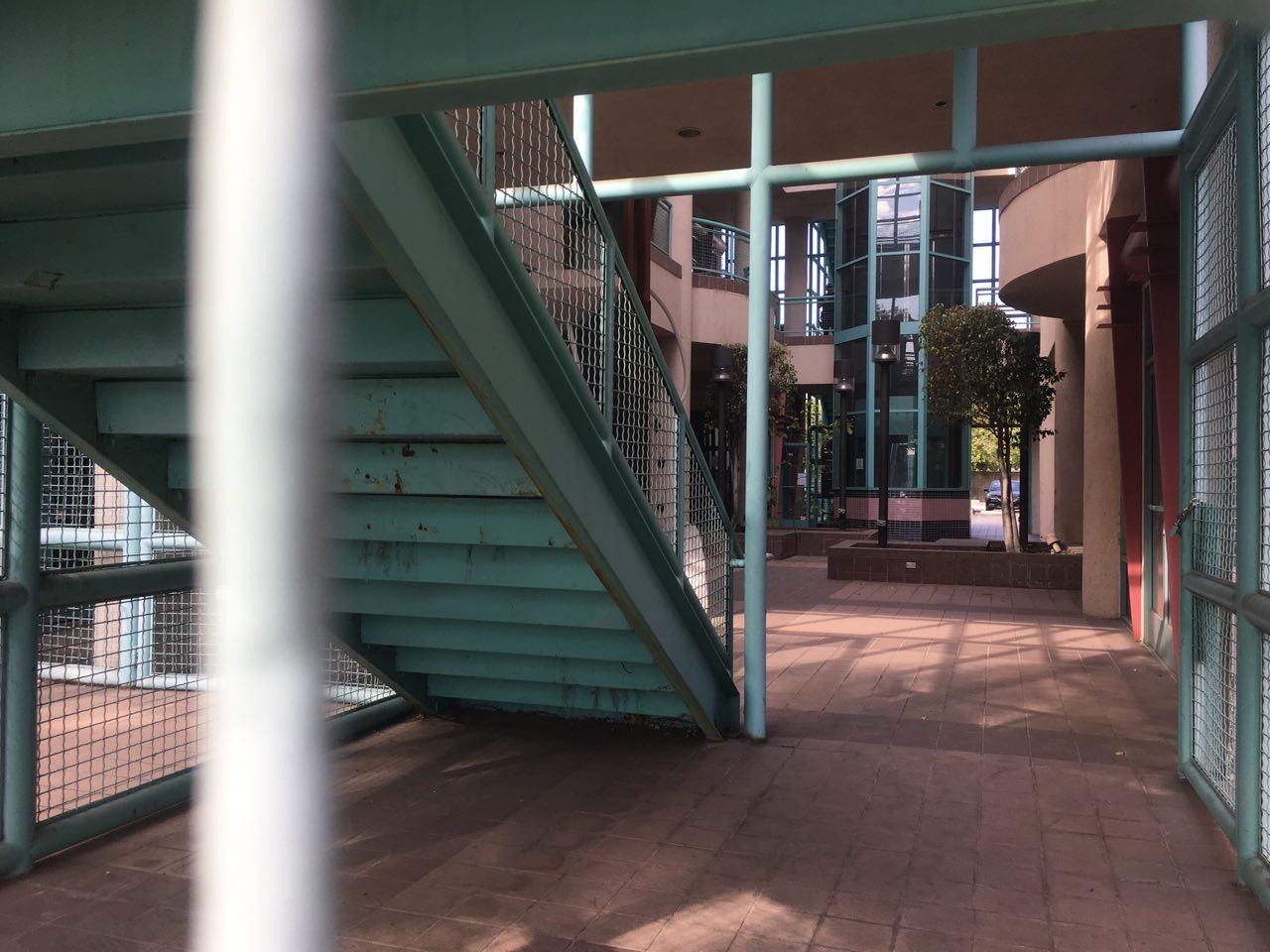 案發大樓被警察清空。(姜琳達/大紀元)