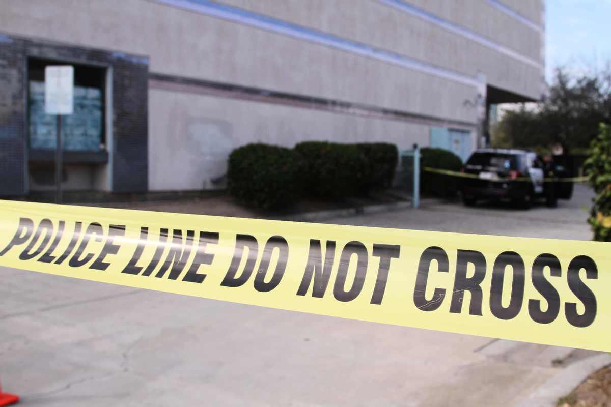 事發後,警方封鎖了整棟大樓。(姜琳達/大紀元)