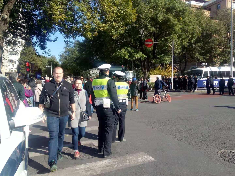 10月31日,北京市政府信訪辦前,大量警車、警力已經部署好,應對前來P2P聯合平台的維權難民。(受訪者提供)