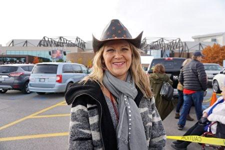鋼鐵製造小企業主施耐德(Brenda Snyder)參加了11月5日在印第安納州韋恩堡的集會。(溫文清/大紀元)