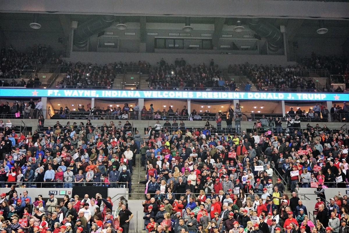 11月5日,特朗普在印第安納州韋恩堡的集會上演講,觀眾坐滿至體育場最上層。(溫文清/大紀元)