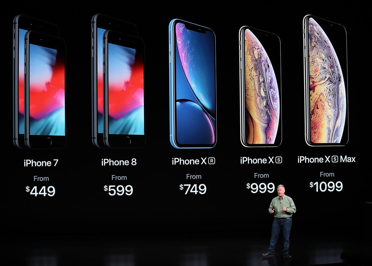 蘋果於9月21日正式開賣包括5.8吋OLED版iPhone XS以及6.5吋的iPhone XS Max。蘋果另外一款6.1吋LCD版iPhone XR於10月26日開賣。(Justin Sullivan/Getty Images)