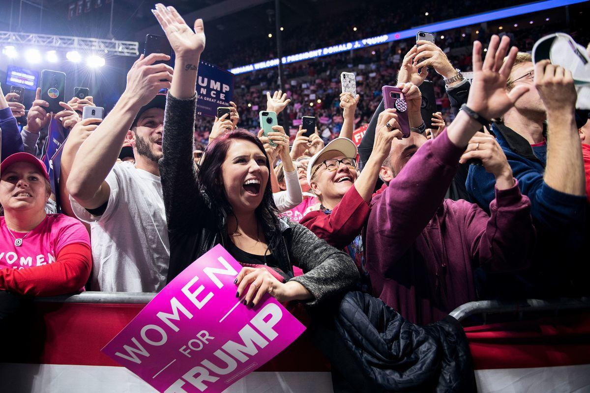 11月5日,特朗普在印第安納州韋恩堡的集會上演講,為競選印州聯邦參議員的共和黨候選人麥克‧布朗(Mike Braun)助選。 圖為現場支持者。(Getty Images)