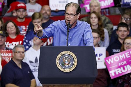 11月5日,特朗普在印第安納州韋恩堡的集會上演講,為競選印州聯邦參議員的共和黨候選人麥克‧布朗(Mike Braun)助選。 圖為布朗上台致辭。(Getty Images)