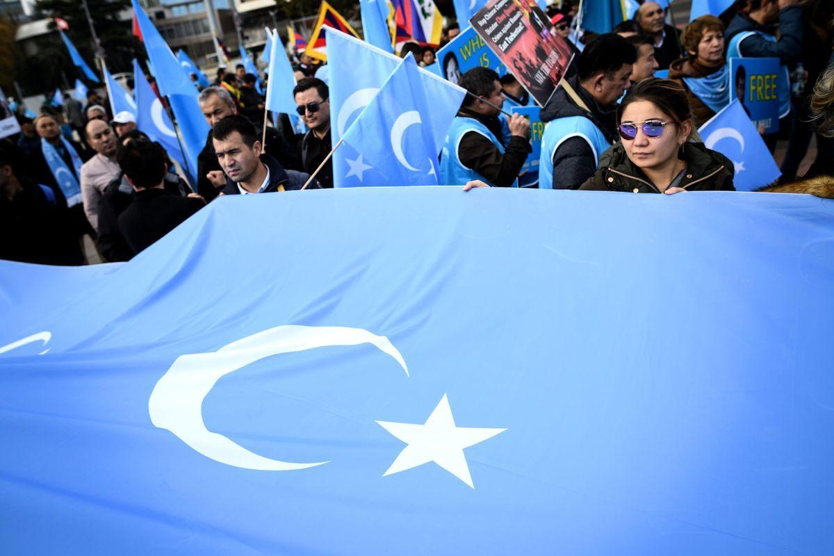 11月6日,聯合國大樓外有不少抗議中共人權迫害的示威人士。在審議會議上,來自大約十幾個國家的代表,其中大多數是西方國家,向中共代表團提出批評,譴責中共在新疆地區的拘留營網絡。(FABRICE COFFRINI/AFP/Getty Images)