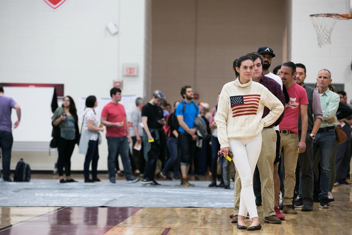 圖為佐治亞州的一處中期選舉投票點,該州的下任州長競爭非常激烈。(Jessica McGowan/Getty Images)