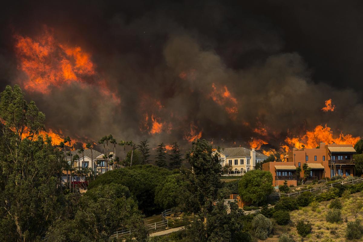 11月9日Woolsey火災威脅馬里布住宅。(David McNew / Getty Images)