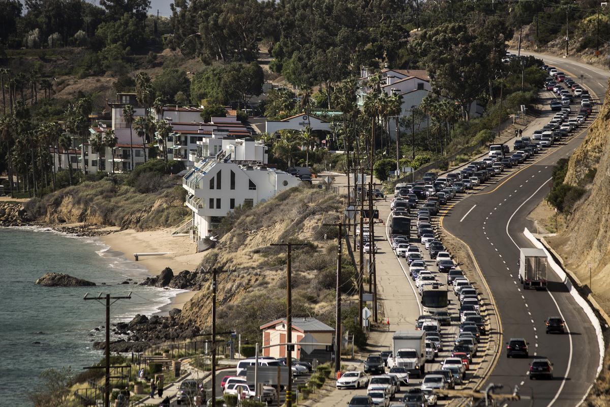 11月9日Woolsey火災襲擊加州馬里布,市民紛紛撤離,交通堵塞了太平洋海岸公路的南行車道。(David McNew/Getty Images)