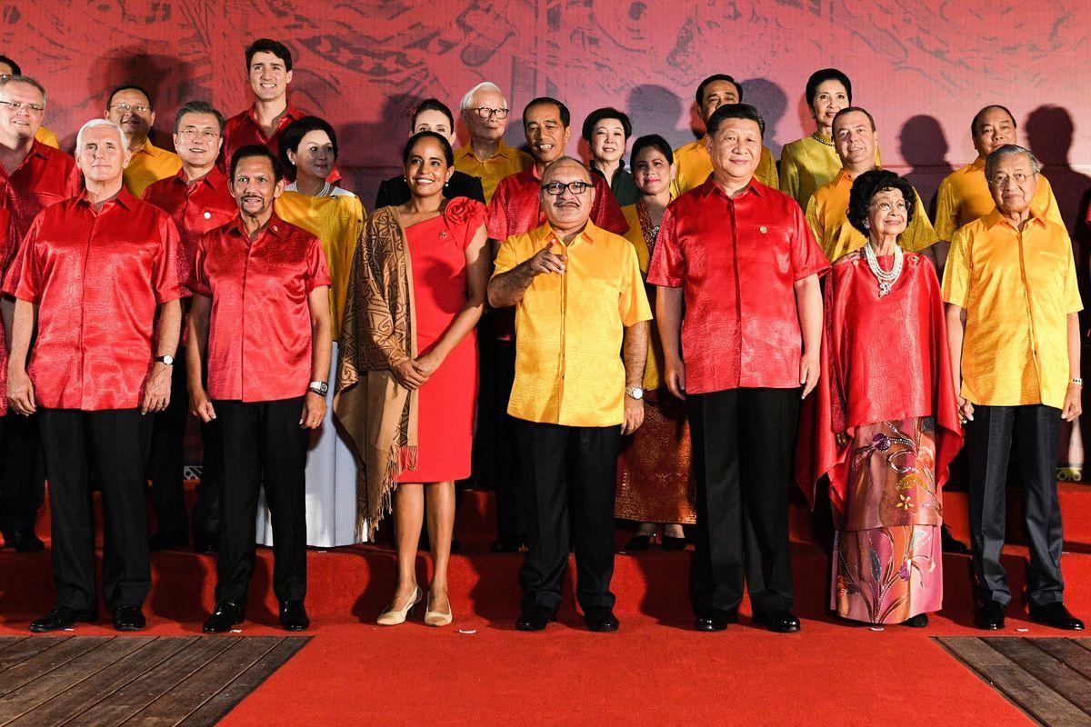 APEC上,彭斯與習近平短暫對話。兩人的對視畫面,刷爆了整個網絡。(SAEED KHAN/AFP/Getty Images)