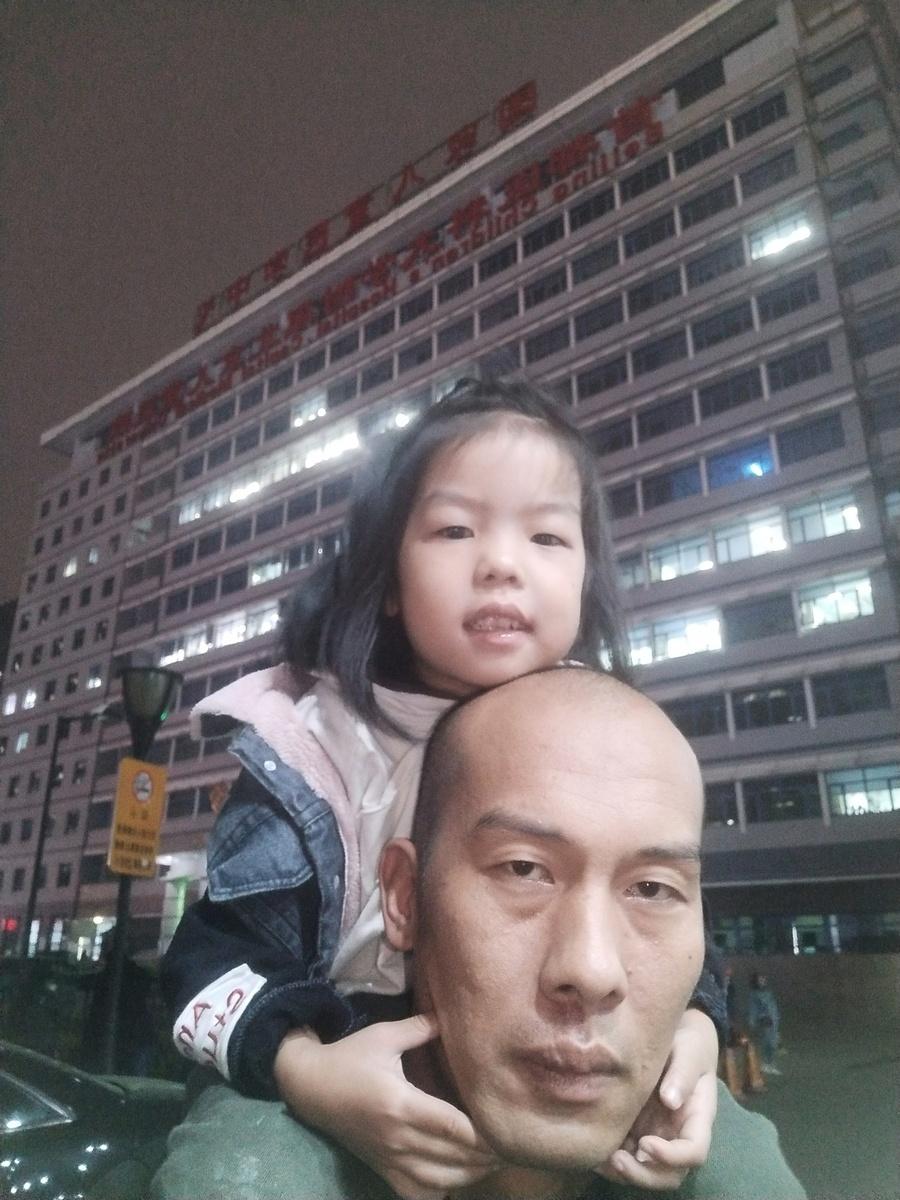 坐在父親裴金濤肩上的小月月現在4歲半。於7個月大時接種疫苗後出現癲癇、智力缺陷等問題。(家長提供)