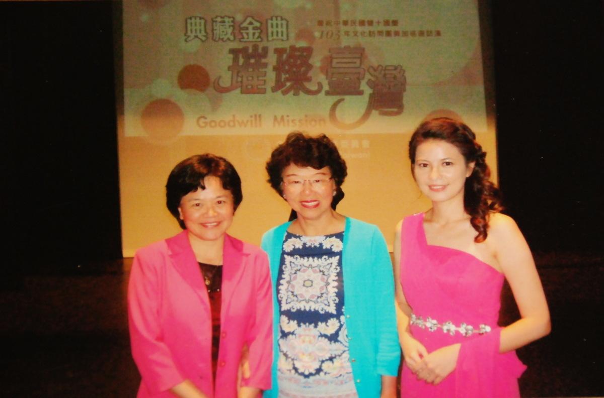 任志宏(中)與兒媳Gloria(右)參加社區活動。(任志宏提供)